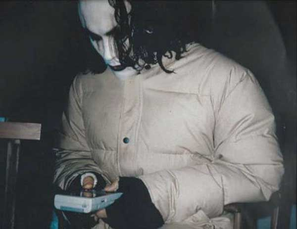 Brandon-Lee-playing-Game-Boy-on-the-set-of-The-Crow